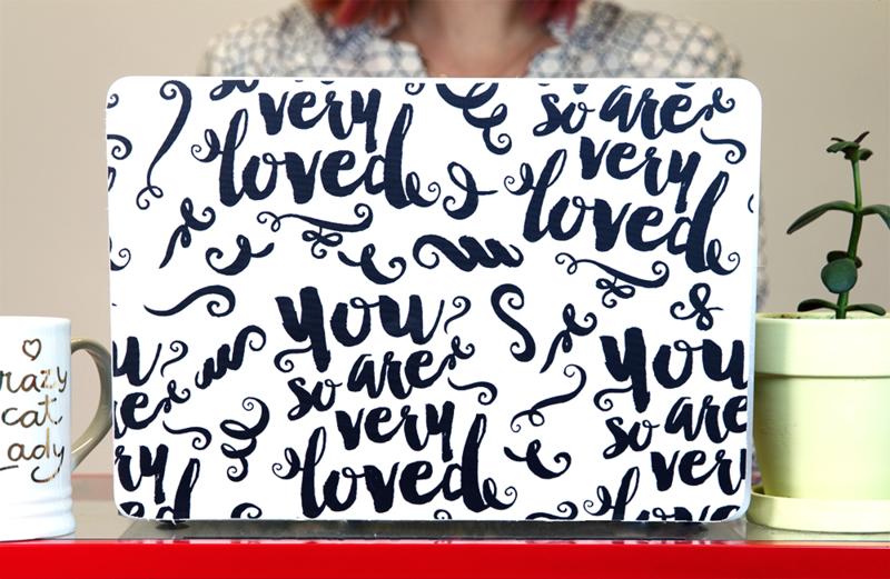 DBasteanleitung für deine personalisierte Laptop Skin aus einer Peel & Stick Tapete Spoonflower.com
