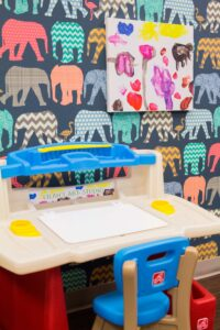 Step2 Deluxe Art Master Desk with Kid's Canvas Wall Art