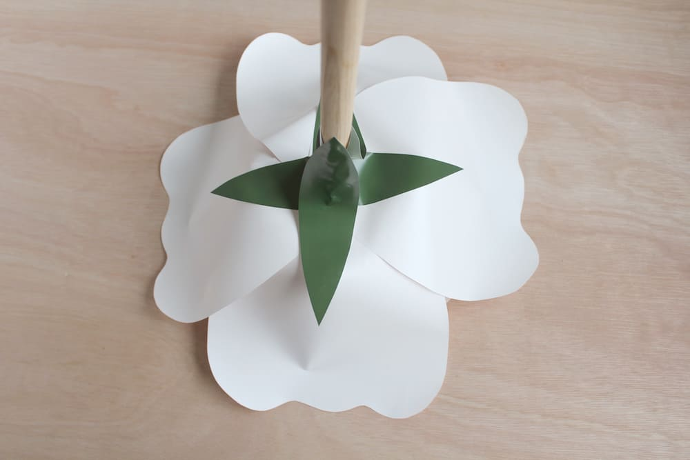 paper flower DIY rose instructions: glue on the dowel