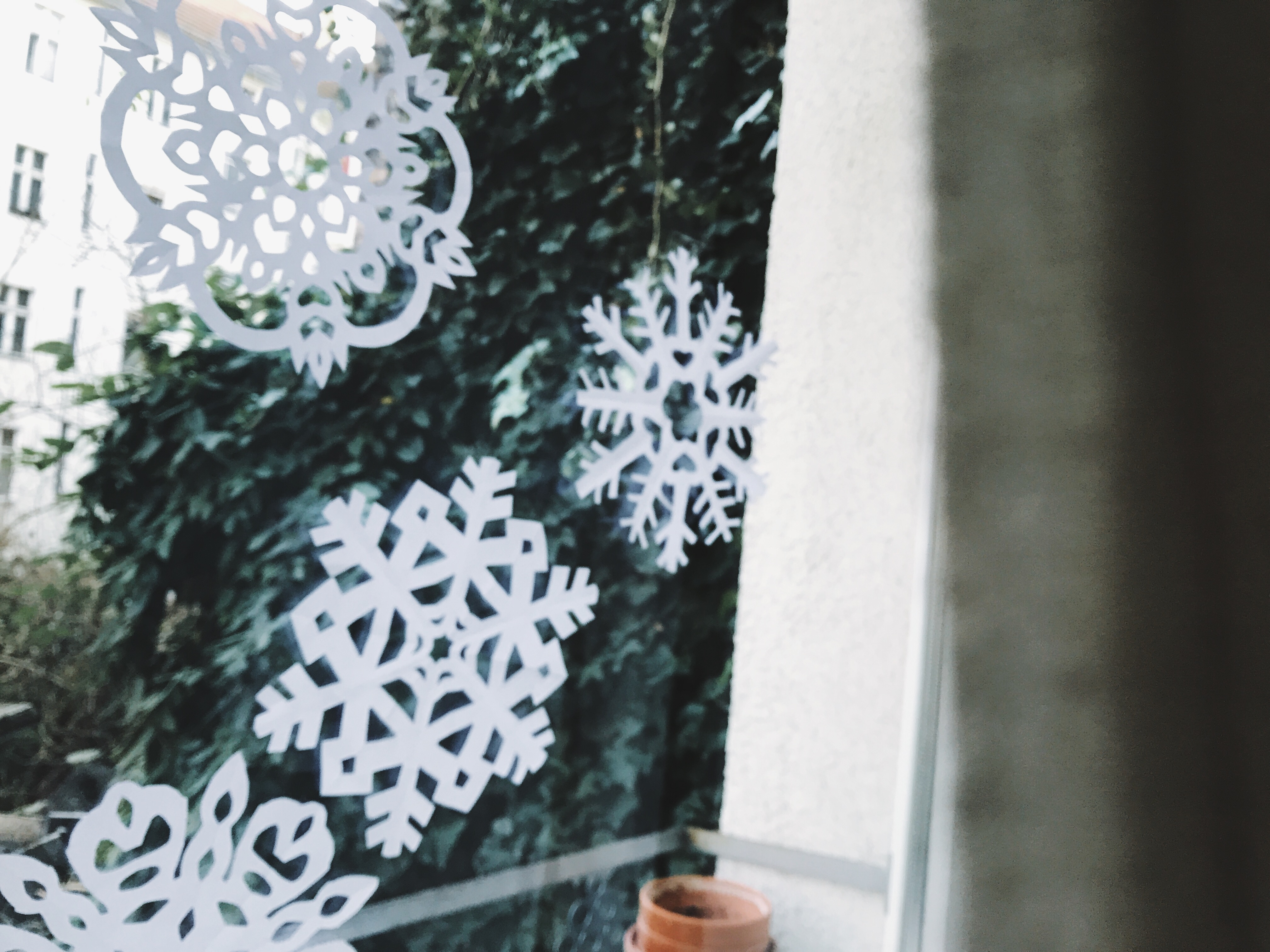 Create an easy table runner with paper snowflakes | Spoonflower Blog