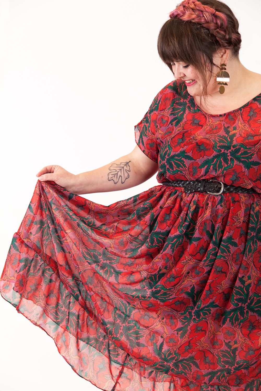 Nicole nähte ihr Kleid aus einem Chiffon mit Mohn-Design erhältlich bei Spoonflower