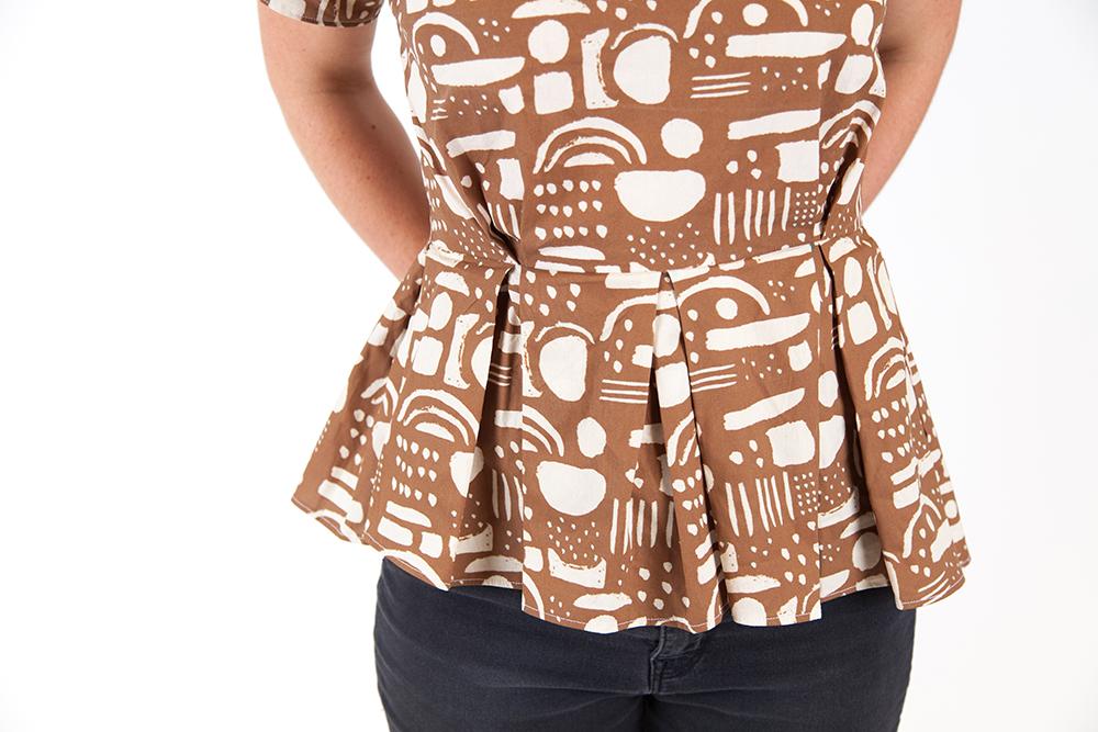 Meredith kürzte ihr Kleid und entschied sich für einen Baumwollstoff im geometrischen Muster erhältlich bei Spoonflower