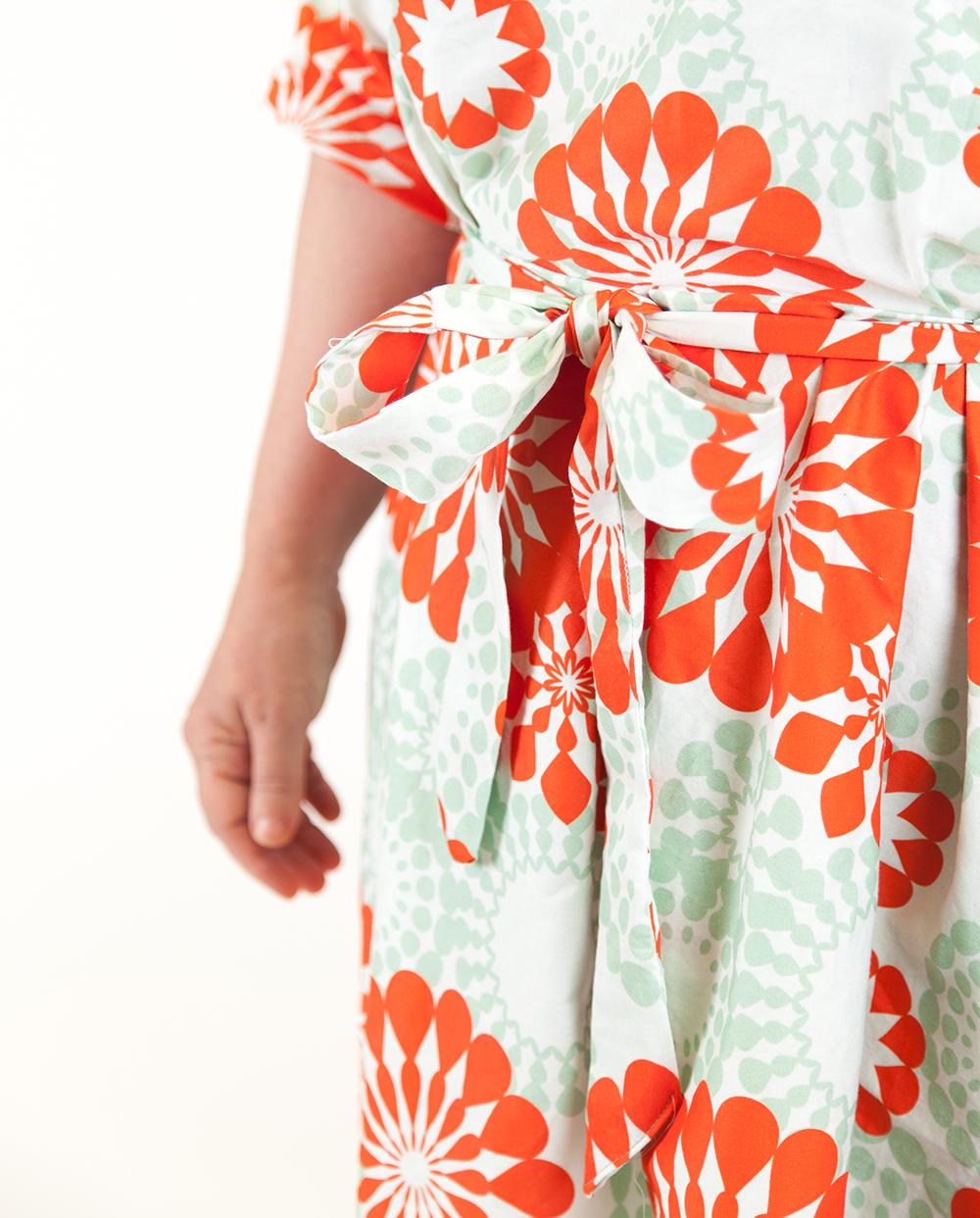 Amy nähte ihr Kleid aus einem Baumwollstoff im Retro-Design erhältlich bei Spoonflower