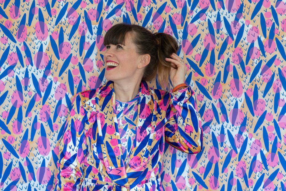 Spoonflower Designerin Katie Kortman vor Tapete und in Stoffen gedruckt bei Spoonflower