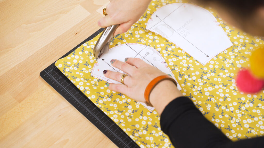 Drucke deine gewünschte Variante der Mütze aus und klebe die Teile zusammen. Schneide das Schnittmuster aus.