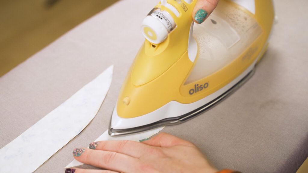 3. Bügele Einlage auf deine Krempen-Schnittteile.