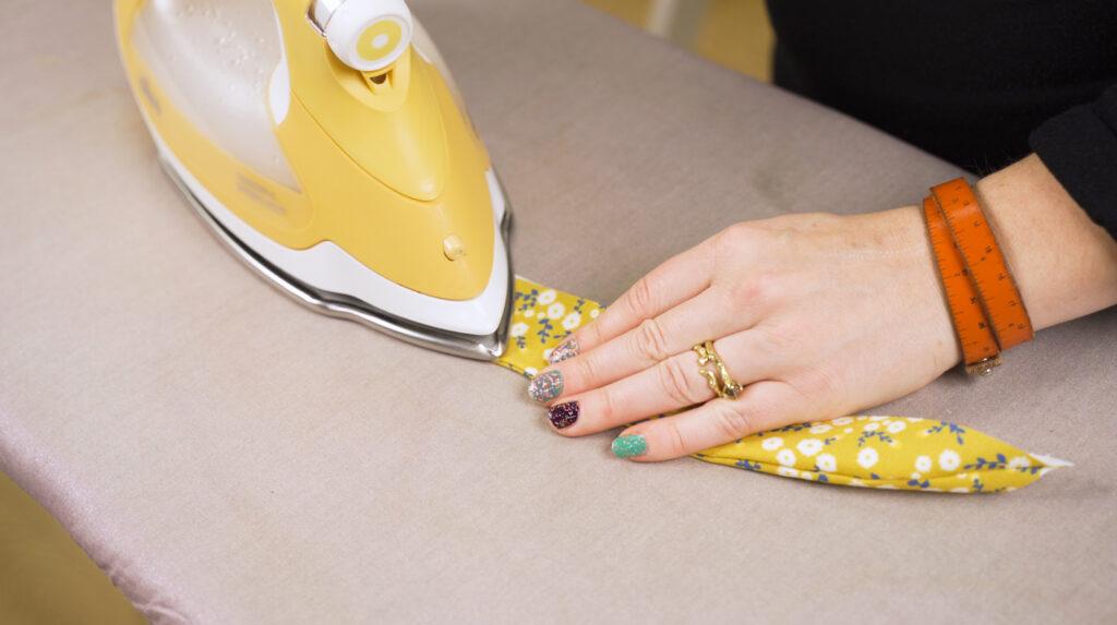 Wende die Krempe und bügele sie flach. Nahtzugabe die rausguckt kannst du abschneiden.