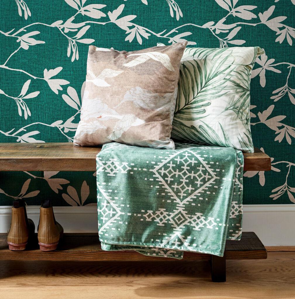 Wenn du stimmungsvolles Grün und erdiges Braun des Waldes auf Tapeten, Kissen und Decken in dein Zuhause bringst, wird dein Raum mit Ruhe gefüllt und geerdet.