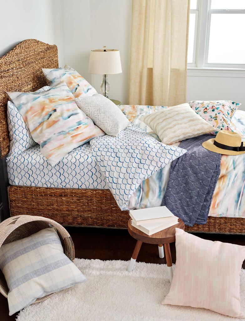 Vorhänge, Bettwäsche und Kissen in verschiedenen Meeres- und Sandtönen fühlen sich wie ein Hauch frischer Luft an.