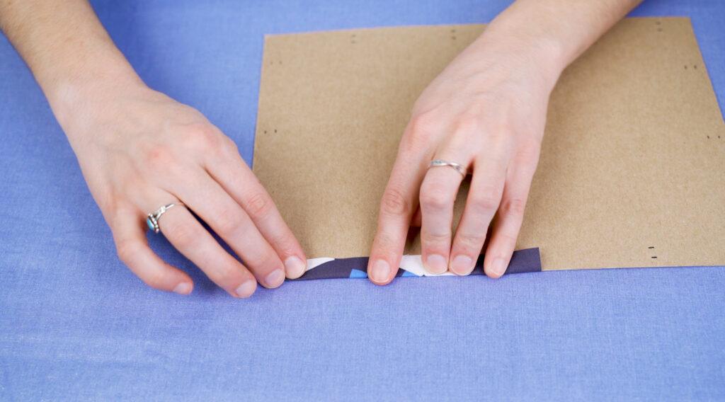 Kreiere eine Pappschablone für die Taschenkanten