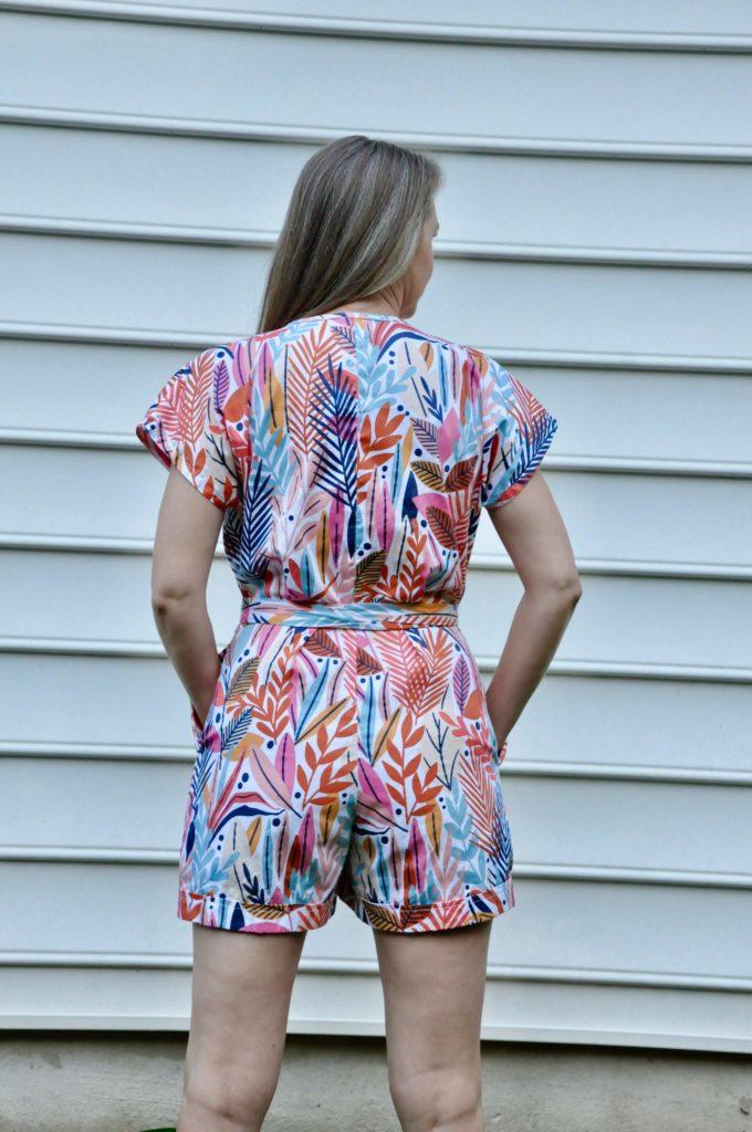Megan trägt ihren Jumpsuit in einem Blätter Design gedruckt bei Spoonflower