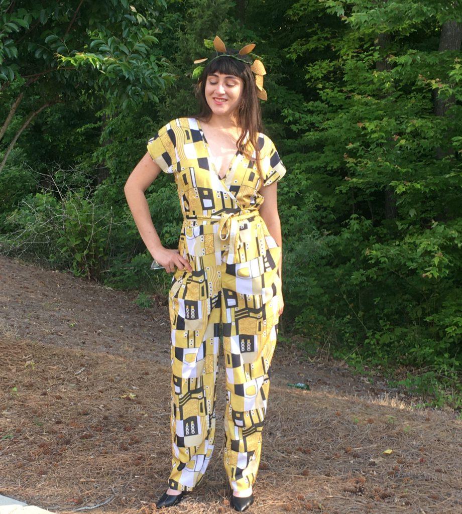 Ace trägt ihren Jumpsuit in einem grafischen Design gedruckt bei Spoonflower