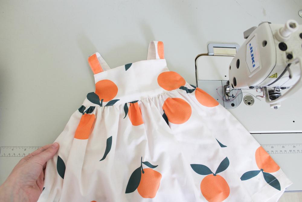 Monicas Daisy Dress mit Designs von anderen Künstlern