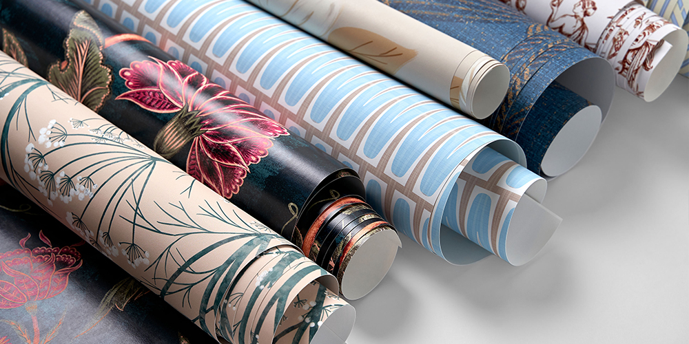 7 loosely rolled rolls of wallpaper featuring floral designs