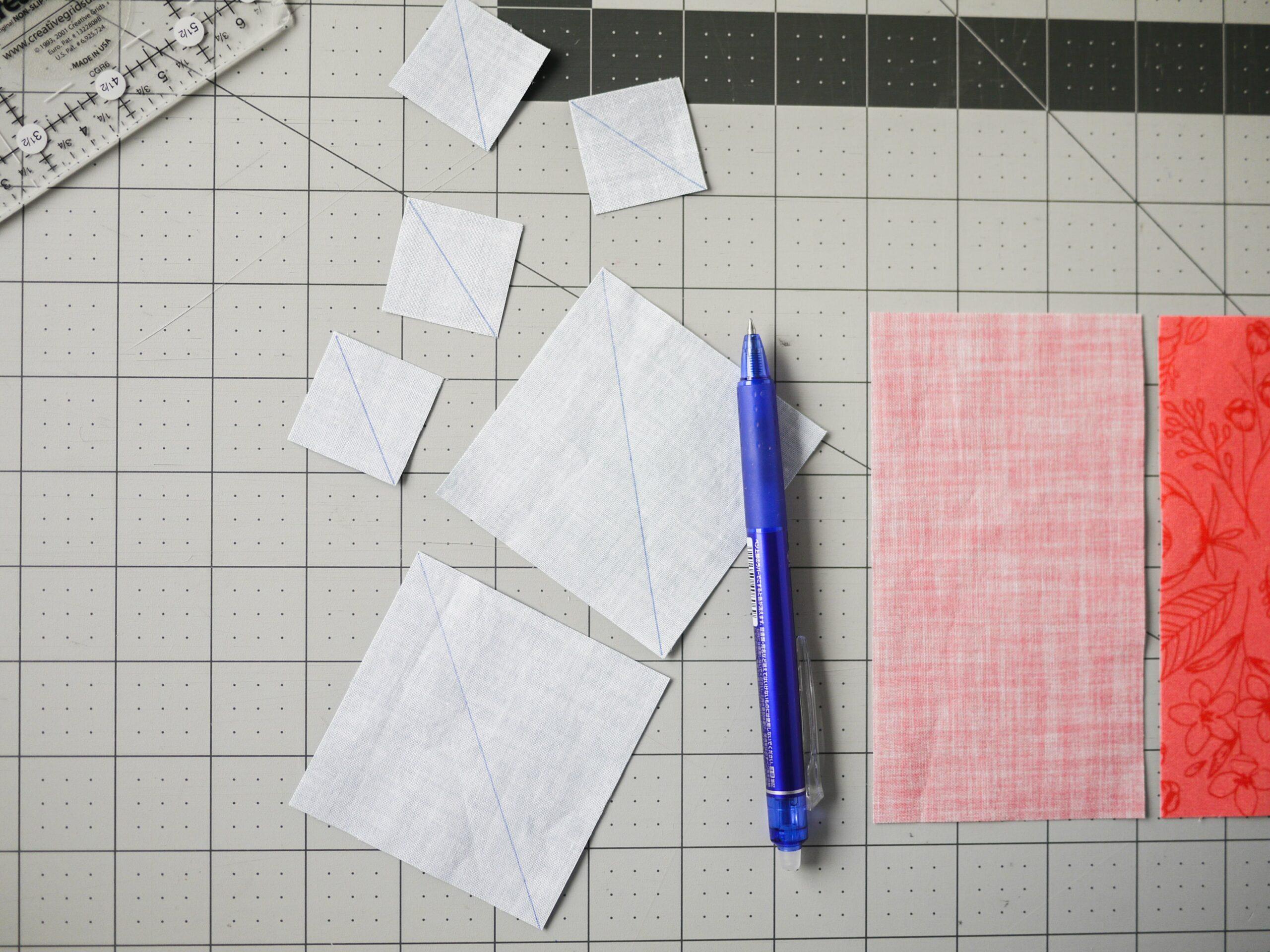 Markiere eine diagonale Linie auf der Rückseite jedes Hintergrundquadrats für dein herz Quilt Quadrat