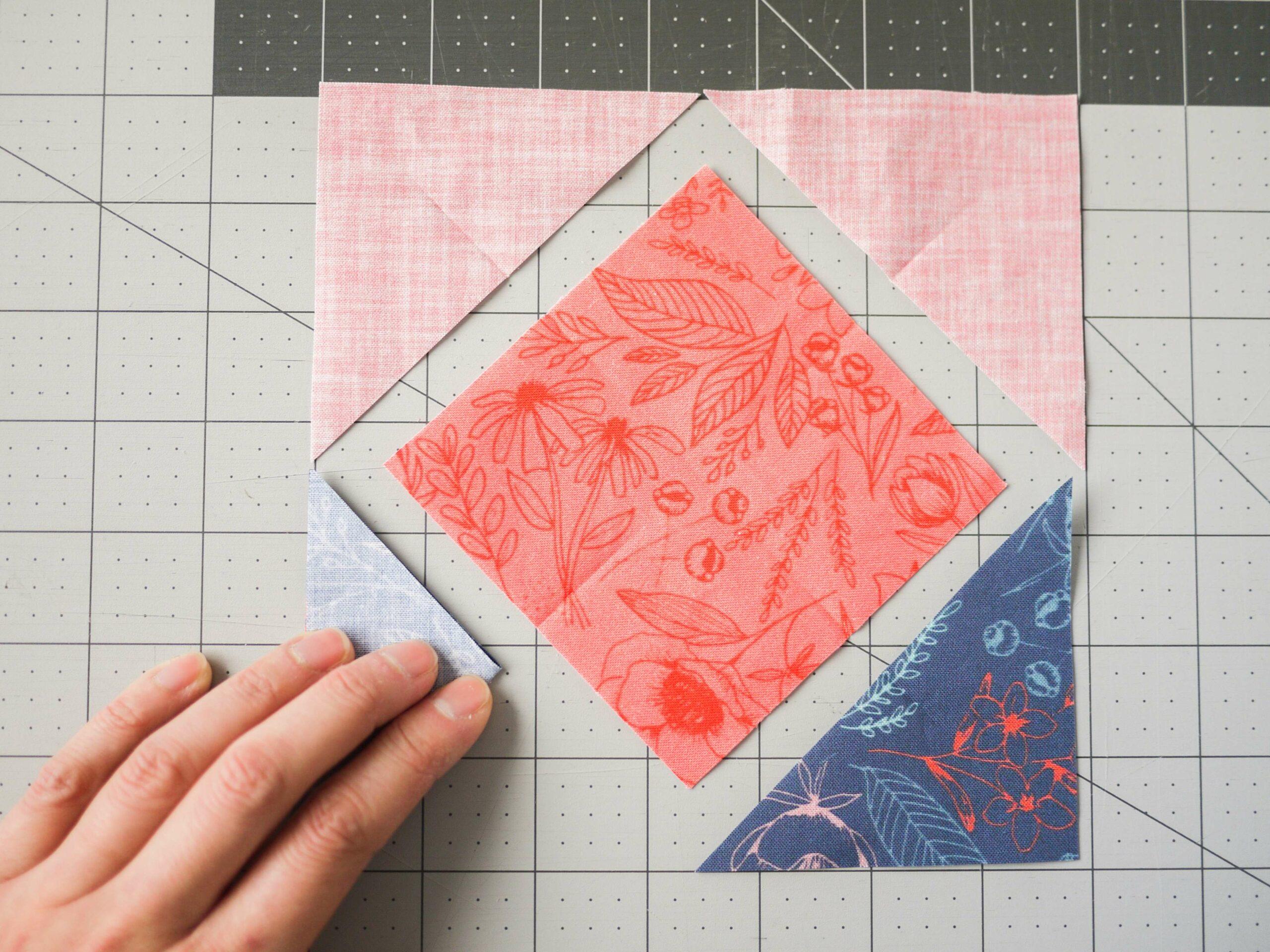 Falte die Dreieckteile, sowie das Quadrat für dein Umschlag Design Spoonflower Quilt Quadrate Party