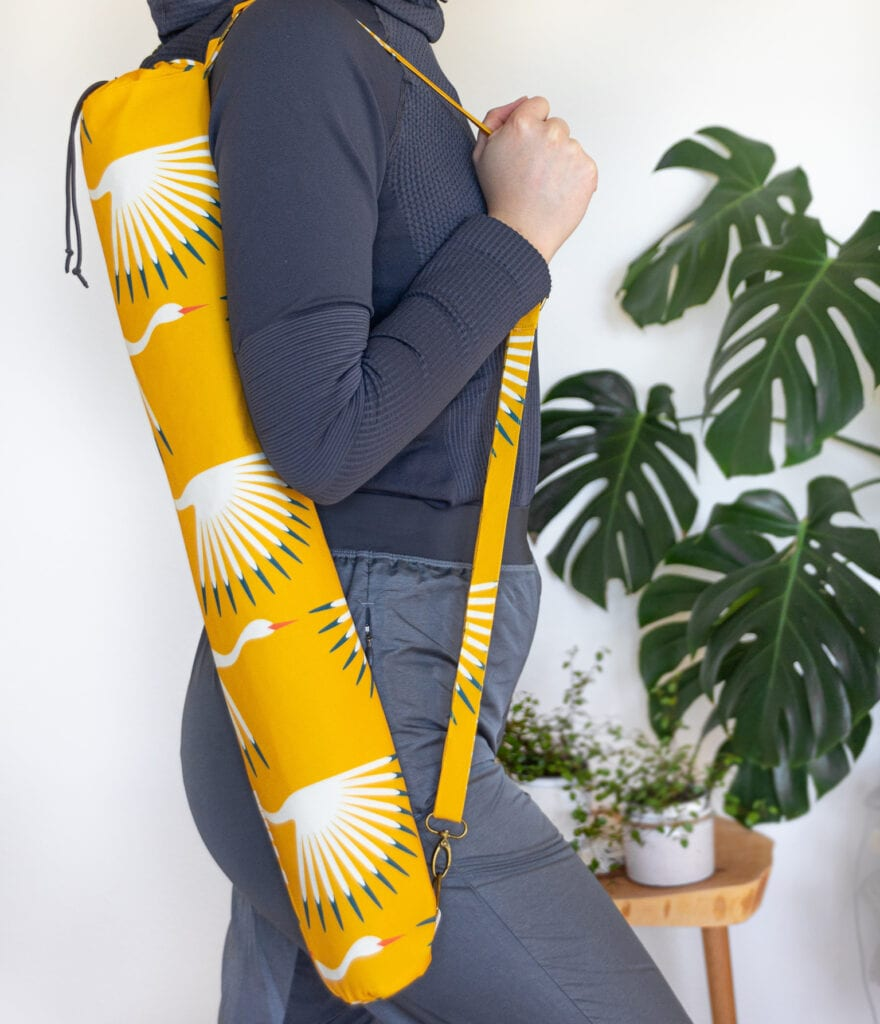 Eine Yogamattentasche mit gelbem Kranichdesign aus Recyceltem Canvas