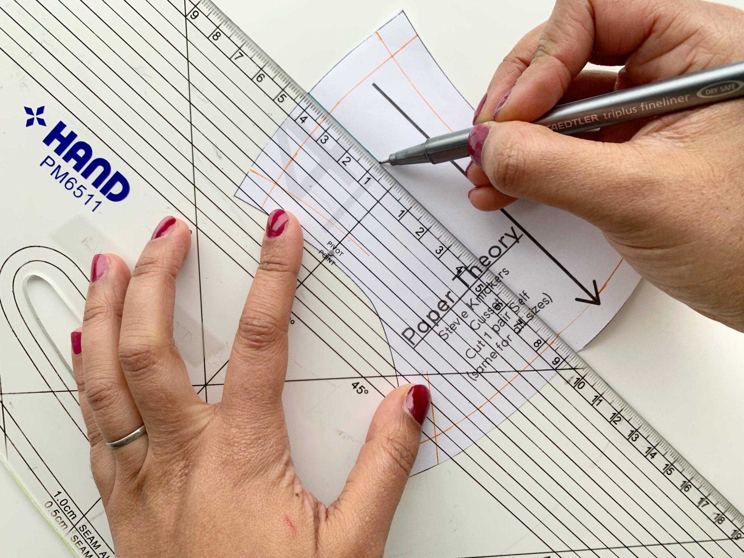 Zeichne das neue Unterwäschemuster, indem Sie Stichlinien auf dem Papier markierst