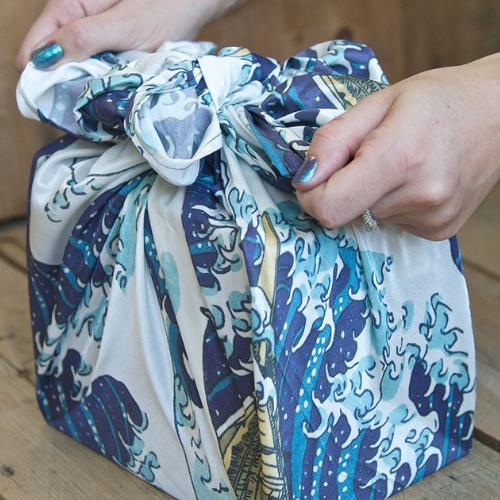 Furoshiki Geschenkverpackung mit Wellendesign aus Recyceltem Canvas