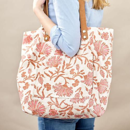 Eine DIY Einkaufstasche mit floralem Muster aus Recyceltem Canva
