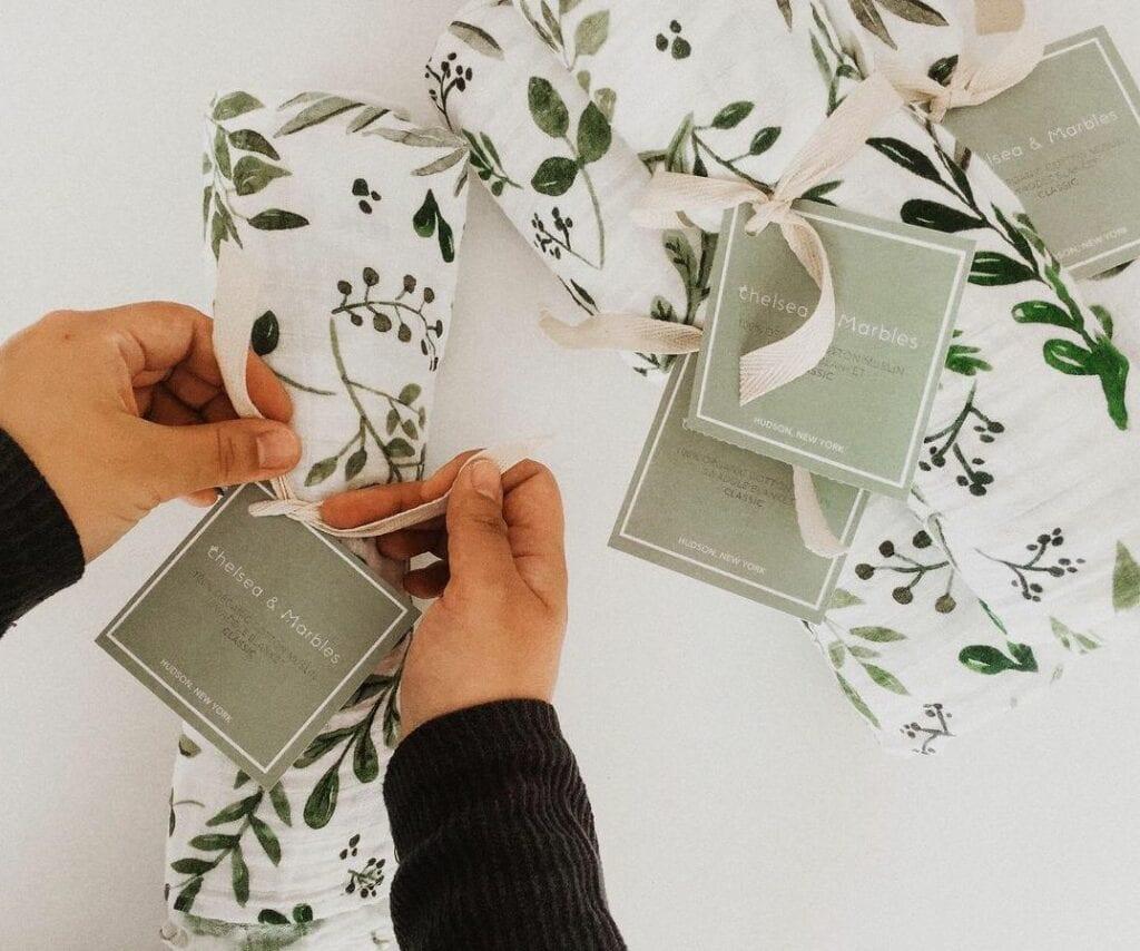 Katie von Chelsea & Marbles bindet ein Bündel Eukalyptus Stoff für ihren Etsy Shop zusammen