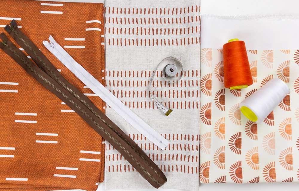 Materiallien für die Recycelten Canvas Outdoor Kissen, mit Stoffen in Rosttönen von Little Arrow Design