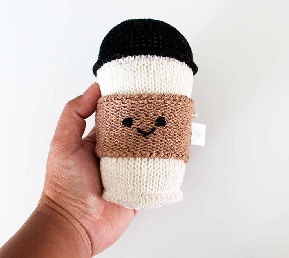 Ein Etsy Produktfoto eines gehäkelten Kaffeebechers in einer Hand auf weißem Hintergrund