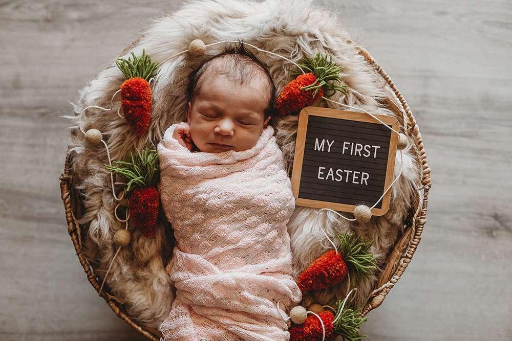Ein süßes Neugeborenes liegt in einem Osterkorb
