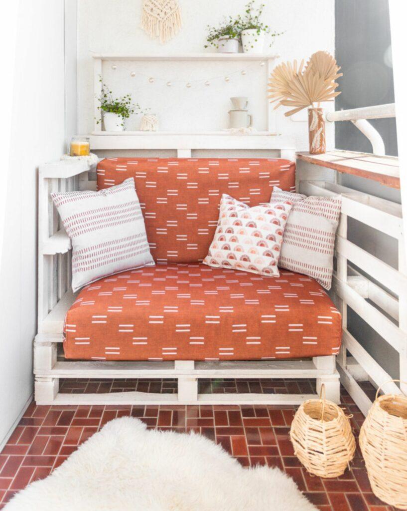 Antonias Balkon nach dem Recyceltem Canvas Makeover, in warmen Rottönen und Weißt